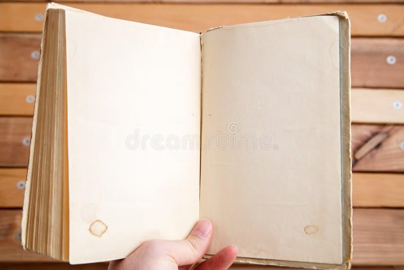 Altes Buch mit leerem Platz für Ihren Text auf hölzernem Hintergrund lizenzfreie stockfotografie