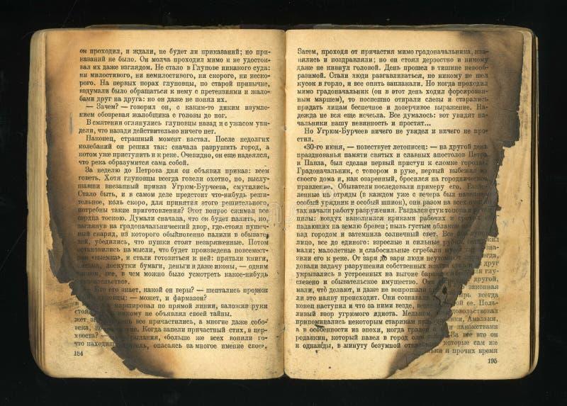 Altes Buch mit opalennye Feuerblättern stockfotos