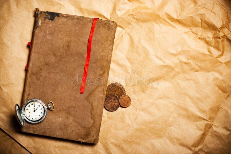 Altes Buch mit rotem Bookmark lizenzfreie stockfotos