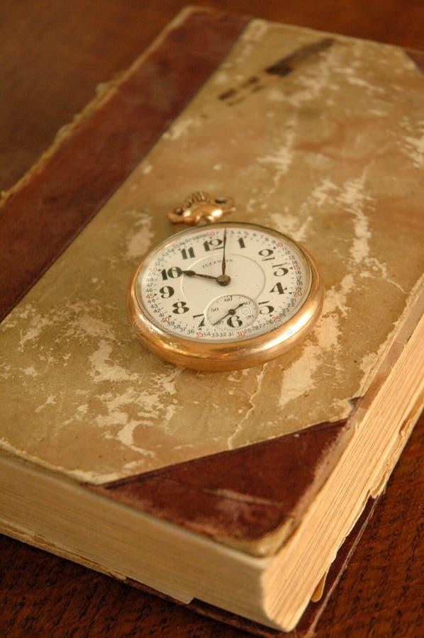 Altes Buch mit Taschen-Uhr lizenzfreies stockfoto