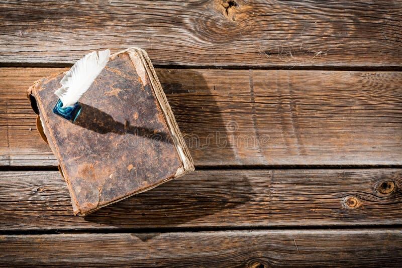Altes Buch und ein Füllfederhalter mit Tinte lizenzfreie stockfotografie