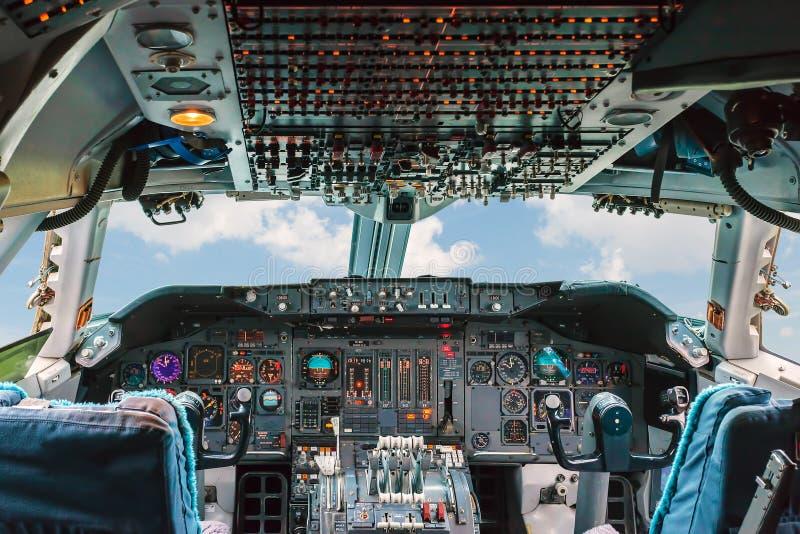 Altes Cockpit eines Passagierfluglinienflugzeugs lizenzfreie stockfotos
