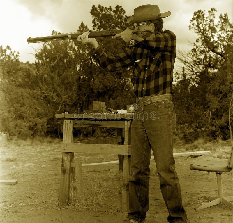 Altes Cowboy-Schießen lizenzfreie stockfotos