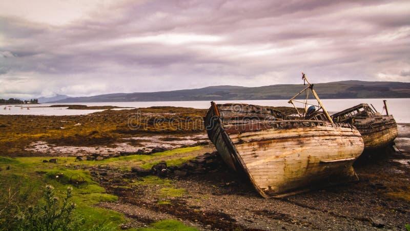 Altes defektes Schiff auf der Küste lizenzfreie stockfotografie