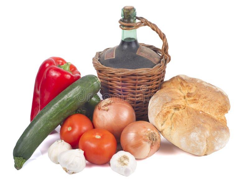 Altes Dekantiergefäß Rotwein mit Brot und Gemüse lizenzfreies stockbild