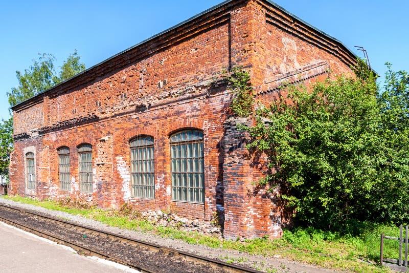 Altes Depot des roten Backsteins am Bahnhof stockfoto