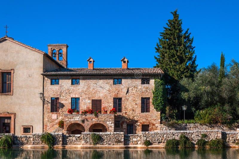 Altes Dorf Bagno Vignoni mit Quellpunkten in Toskana, Italien stockbilder