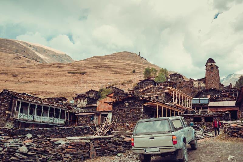 Altes Dorf Dartlo mit traditionellen Steingebäuden und defensiven Türmen in Tusheti Abenteuerurlaub Reise zu Georgia Berg L lizenzfreies stockfoto