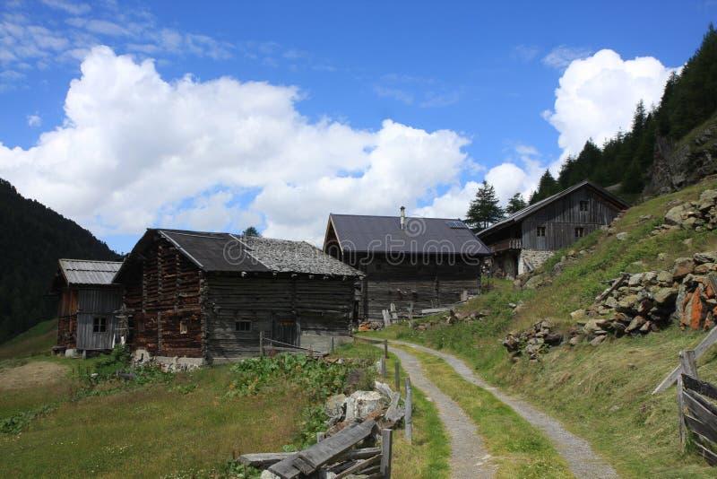 Altes Dorf in den Alpen stockbild
