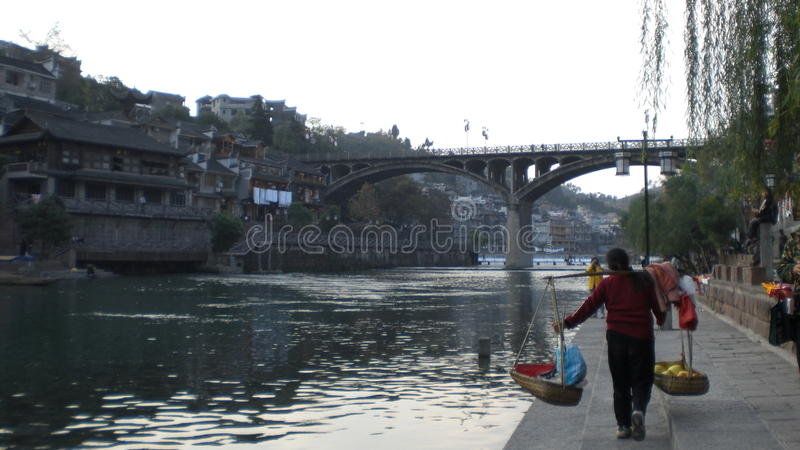 Altes Dorf des Flussufers an der Dämmerung stockfoto