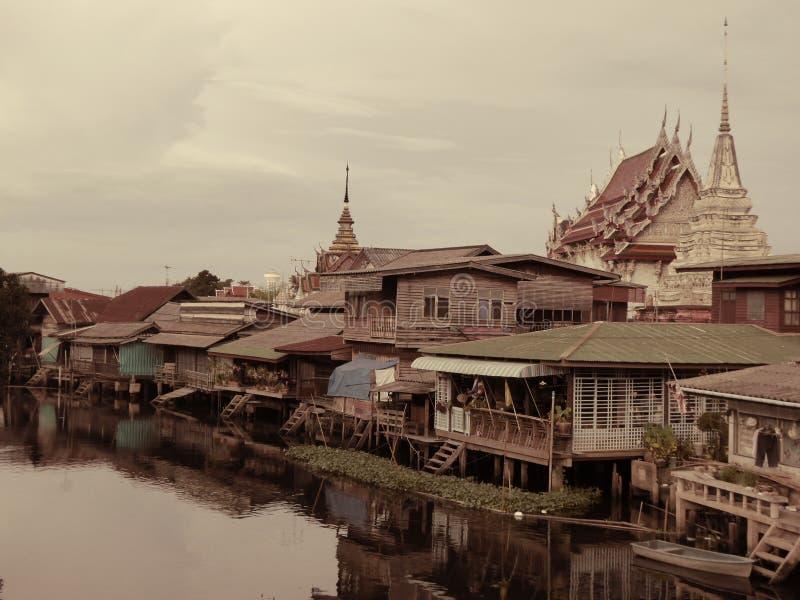 Altes Dorf durch den Kanal lizenzfreies stockfoto