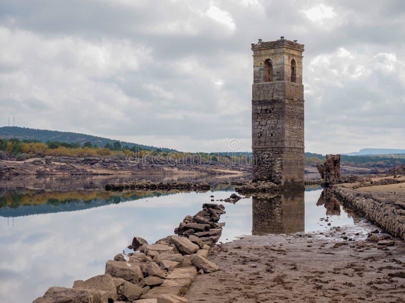 Altes Dorf im trockenen Reservoir la Cuerda Del Pozo in Soria, Spanien lizenzfreies stockbild
