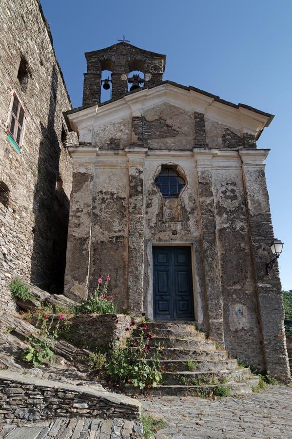 Altes Dorf und Kirche in Korsika-Berg lizenzfreie stockfotografie