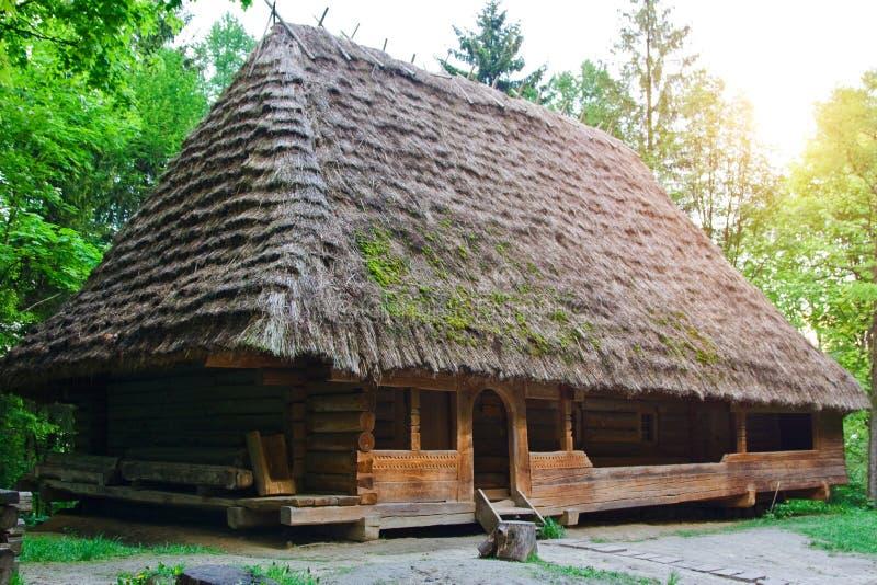 Altes Dorfhaus im Museum der Volksarchitektur und des ländlichen L lizenzfreies stockbild