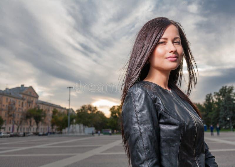 Altes draußen aufwerfen der russischen Jahre des Brunette 20s stockbild