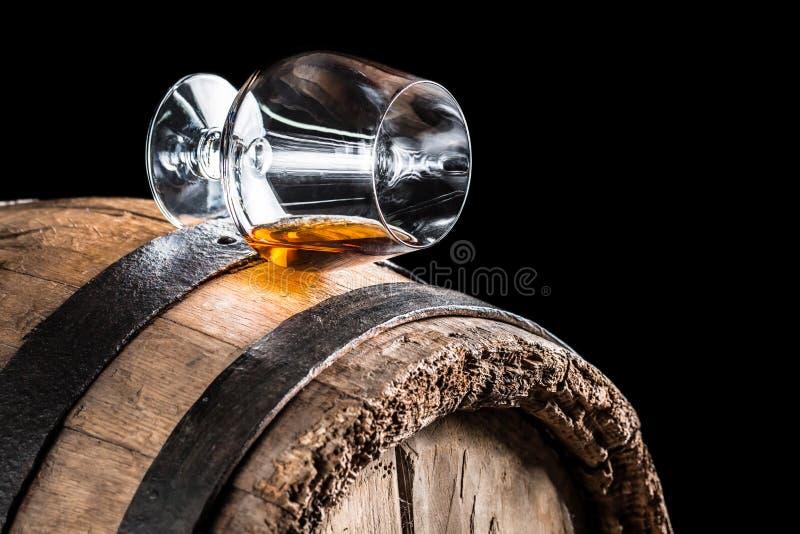 Altes Eichenfaß und ein Glas des Kognaks stockfotos