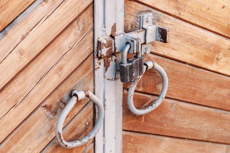 Altes Eisen behandelt in der Form von Ringen auf alter Holztür stockfotografie