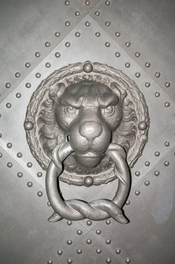 Altes Eisen beschuhte Tür mit einer Löwemündung, Dresden-Schloss, Deutschland lizenzfreies stockbild