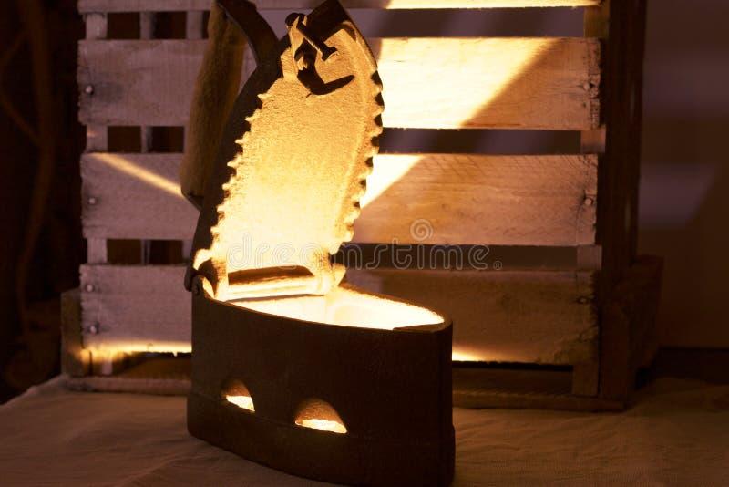 Altes Eisen, erhitzt durch heiße Kohlen lizenzfreie stockbilder