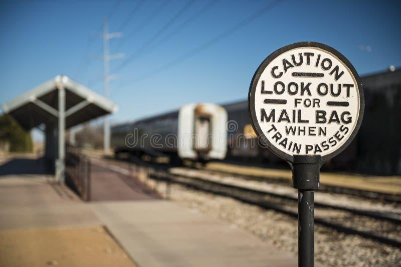 Altes Eisenbahn-Vorsicht-Zeichen stockbilder