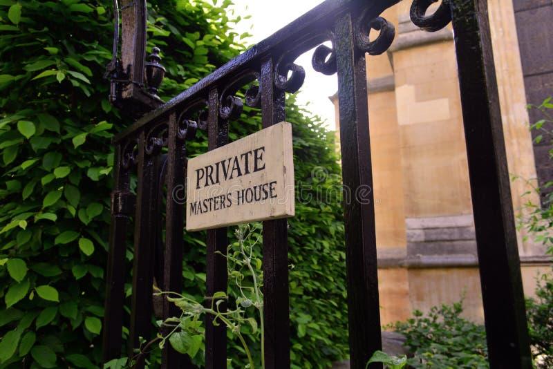 Altes Eisentor, das zu den privaten Garten führt lizenzfreies stockfoto