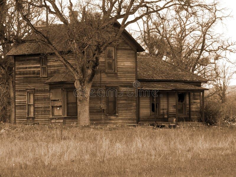 Altes erschöpftes Bauernhof-Haus stockbild