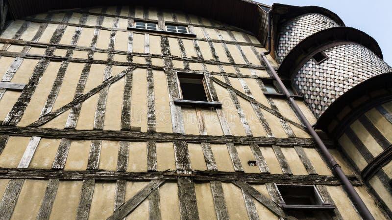 altes Fachwerkhaus mit Turm in Troyes stockfotos
