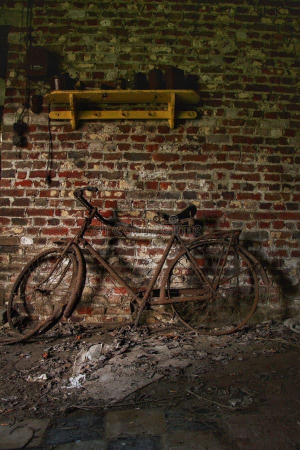 Altes Fahrrad in einem verlassenen Geb?ude! stockbilder