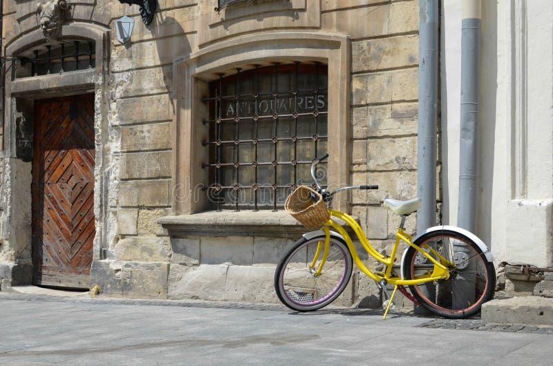Altes Fahrrad an einer alten Stadt lizenzfreies stockfoto