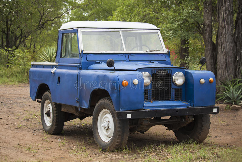 Altes Fahrzeug Modells 4WD Land Rovers zimbabwe Nationalpark Hwange stockbilder