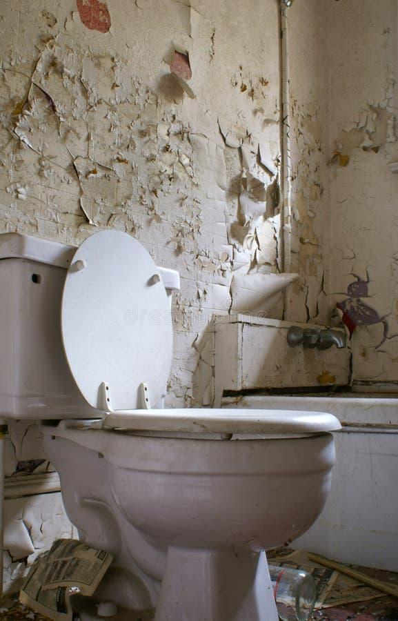 Altes faules badezimmer stockfoto bild von schale - Altes badezimmer ...