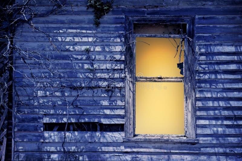 Altes Fenster durch Mondschein stockbild
