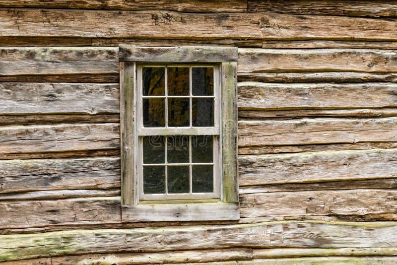 Altes Fenster im Blockhaus lizenzfreie stockbilder