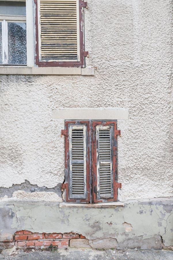Altes Fenster mit geschlossenen hölzernen Fensterläden, Deutschland lizenzfreies stockfoto