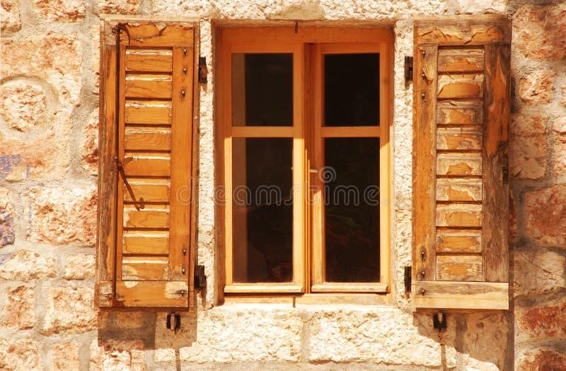 Altes Fenster mit hölzernem Blendenverschluß stockbilder