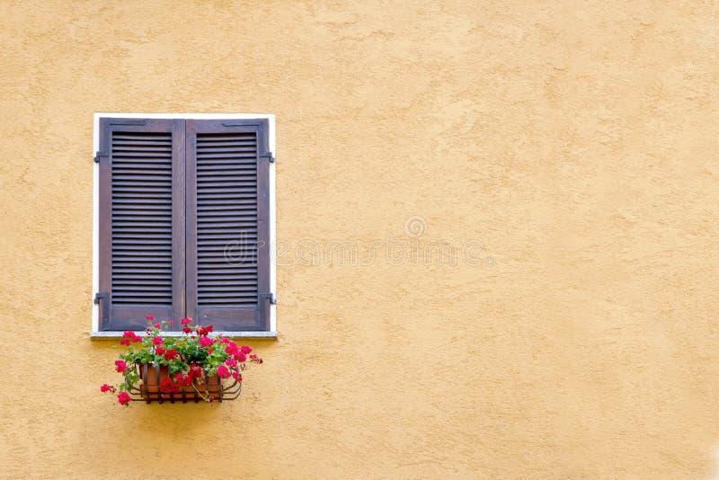 Altes Fenster mit hölzernen Fensterläden lizenzfreie stockbilder