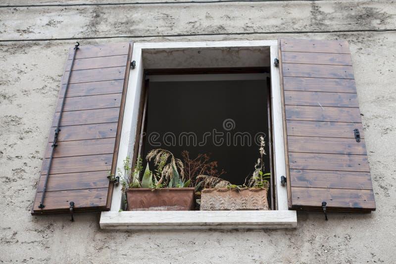 Download Altes Fenster Mit Offenen Fensterläden Mit Blumen Auf Dem  Fensterbrett Auf Der Steinwand Italienisches Dorf
