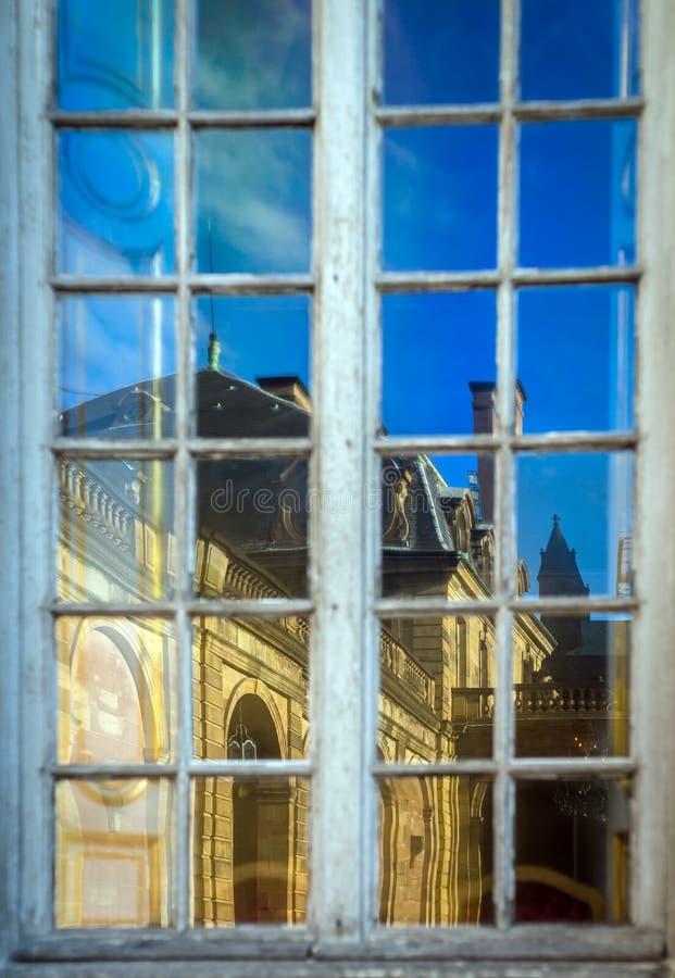 Altes Fenster mit schöner sonniger Reflexion des Hauses, Strasbo stockfoto