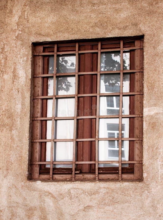 Altes Fenster mit schwarzen Metallstangen stockfotos