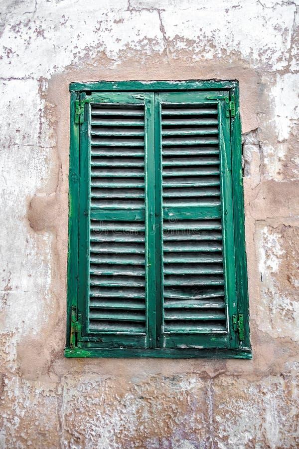 Altes Fenster mit Windfensterladen lizenzfreies stockfoto