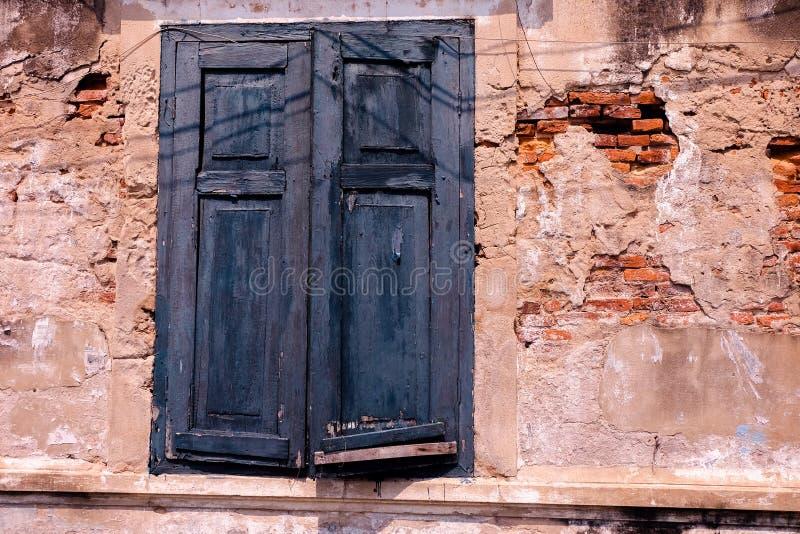 Altes Fenster und alte Wand stockbild