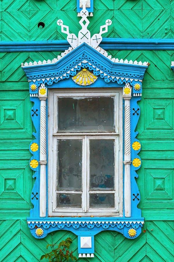 Altes Fenster und hölzerner geschnitzter Rahmen stockbild