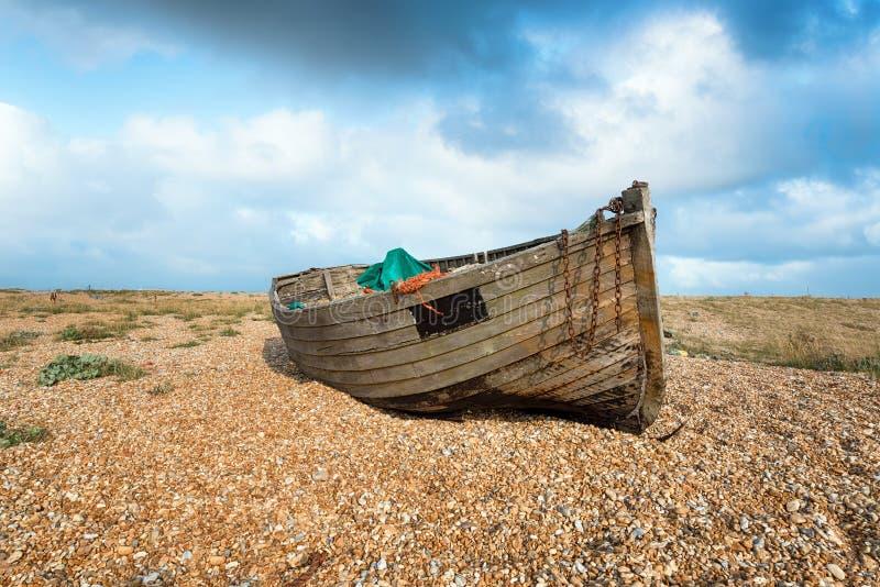Altes Fischerboot auf einem Strand lizenzfreies stockbild