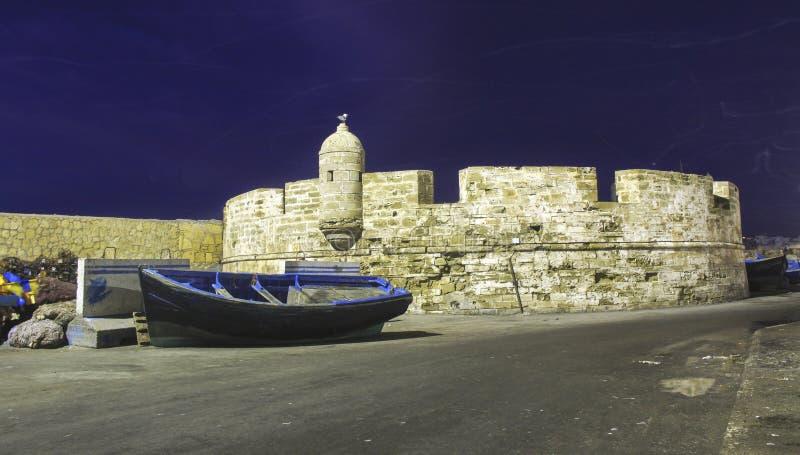 Altes Fischerboot Essaouira Morroco im Fischerei-Hafen lizenzfreies stockfoto