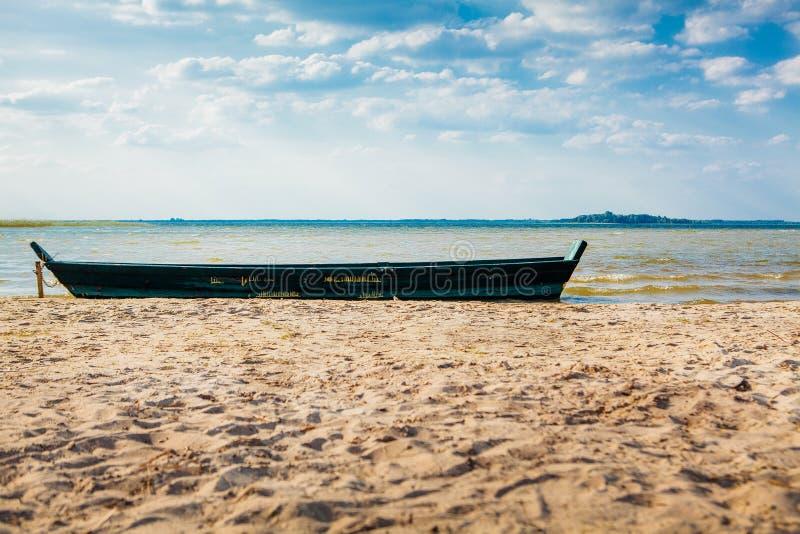 Altes Fischerboot zur Sonnenaufgangzeit auf dem Strand lizenzfreies stockfoto
