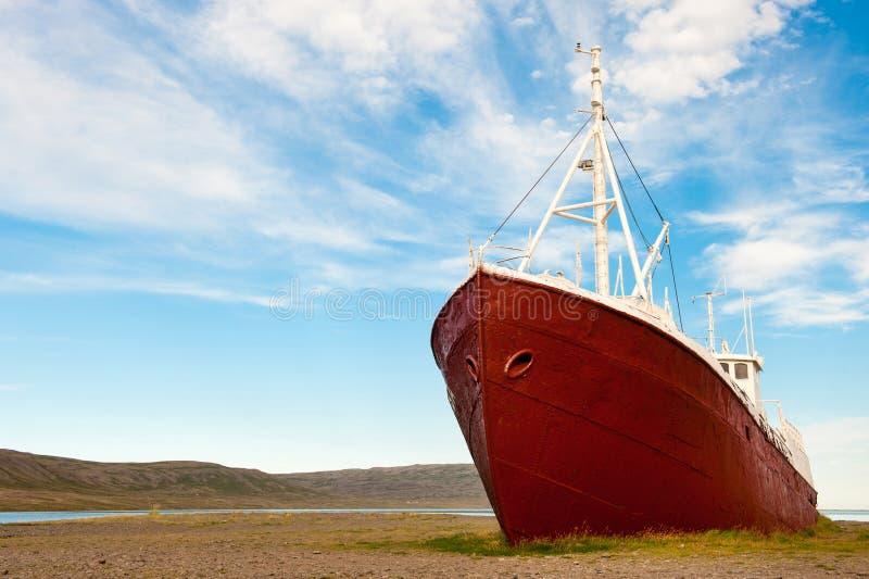 Altes Fischereifahrzeug ruinierte in der Westfjords-Region, Island stockfotografie