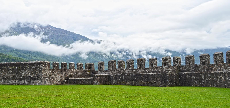Download Altes Fort in Bellinzona stockfoto. Bild von landschaft - 27728484