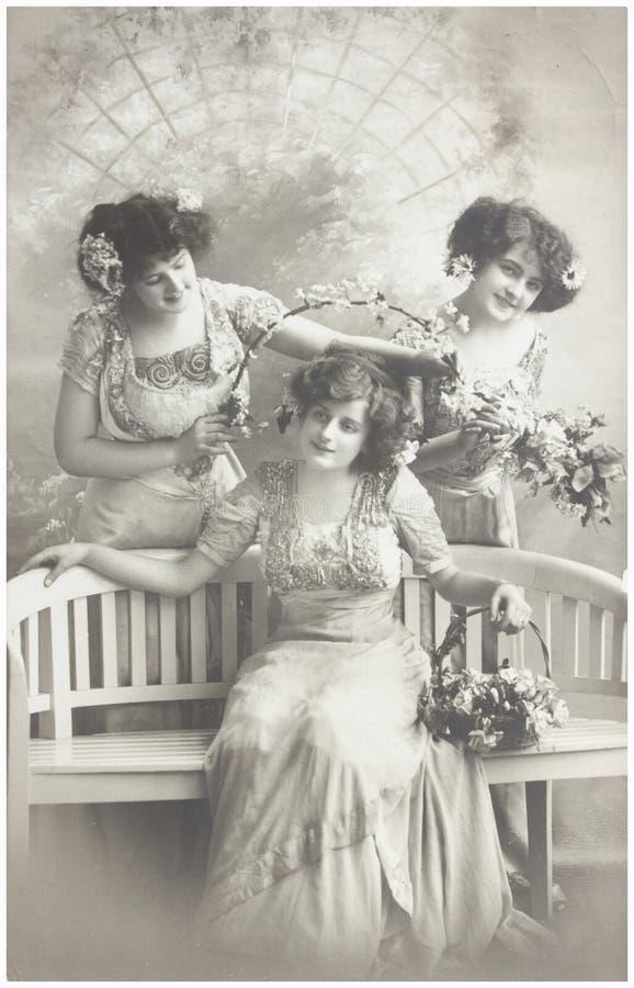 Altes Foto von drei jungen Frauen lizenzfreies stockfoto