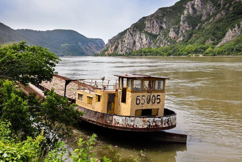 Altes Frachtschiff in der Donau in Djerdap-Schlucht stockfotos