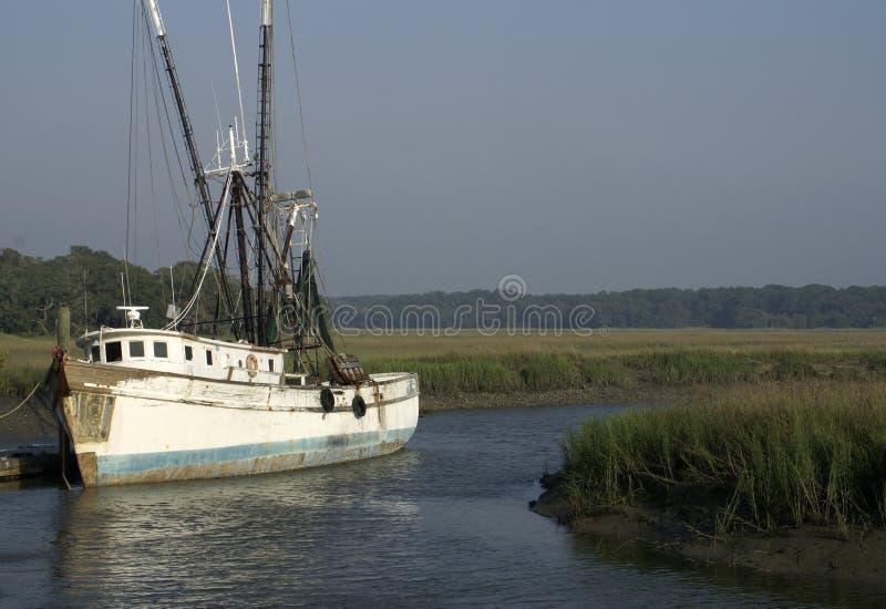 Altes Garnele-Boot am Dock lizenzfreie stockfotos